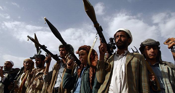 Emirados Árabes Unidos exibem maior lança-foguete do mundo para conter houthis no Iêmen