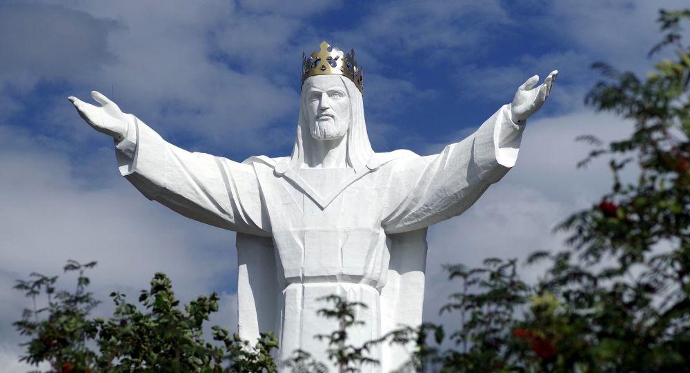 Jesus parecido com Cristo Redentor distribui Wi-Fi na Polônia